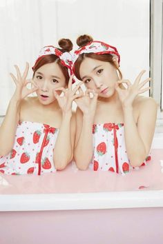 """Crayon Pop's adorable twins Way and Choa in their sub-unit """"Strawberry Milk"""""""