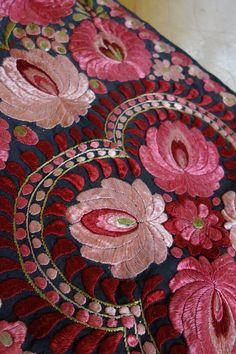 Matyo wall hanging. parna.co.uk Chain Stitch Embroidery, Learn Embroidery, Modern Embroidery, Embroidery Stitches, Embroidery Patterns, Hand Embroidery, Butterfly Embroidery, Stitch Head, Hungarian Embroidery