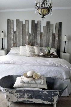 Une tête de lit fabriquée avec des planches de bois de récup aspect bois flotté c'est super dans une chambre grise et blanche. Pour le côté sympa, il est préférable de varier les longueurs de planches. Pour installer la tête de lit au mur deux solutions : Assembler les planches de bois à l'aide de tasseaux ou de scratch auto-agrippant Velcro ™. Cette dernière évite de percer le mur, ce qui est bien pratique lorsque l'on loue son appartement.