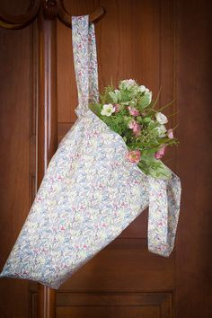 Happy Reversible Floral Tote Bag by on Etsy Floral Tote Bags, Fabric Tote Bags, Floral Fabric, Happy, Gifts, Etsy, Presents, Flower Fabric, Ser Feliz