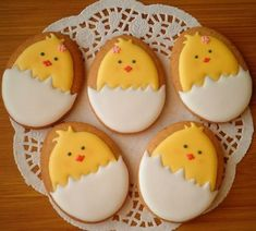 Adorable Cookies For Easter Easter is all about beautiful decorations that actually add pep to the festive activities. So make this summer holidays extra special by trying out unique Easter bunny cookies and cakes ideas. No Egg Cookies, Fancy Cookies, Iced Cookies, Cookies Et Biscuits, Holiday Cookies, Cupcake Cookies, Royal Icing Decorated Cookies, Royal Icing Decorations, Easter Cupcakes