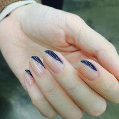 最近瀏覽韓國人氣指彩的instagram,像是常與雜誌合作的知名美甲團隊「UNISTELLA」和蒐集許多美甲作品的「gliter_me」都不約而同PO出紅一陣子的「留白款」指彩。然而新的樣式跟之前有些不同,或許是因為夏天要到了,色調以藍色系居多,搭配灰色、白色、黑色都相當清爽,最近很紅的線條元素也跟著結合,呈現幾何圖樣、同時又維持了簡約風格,與夏天輕盈服飾調性非常搭。以下特搜了UNISTELLA和gliter_me的作品,趕緊來瞧瞧夏天可以如何嘗試不同的「留白指彩」吧!!