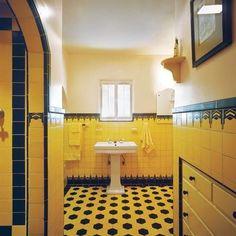 Salle de bain rétro, mosaïque jaune et blanche, lustre, douche à l ...