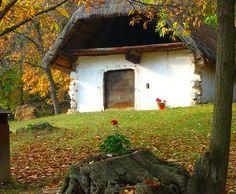 Cáki pincesor, Magyarország - A térképet nézegetve bizony kieső településnek látszik Cák, ez a picinyke, 270 lakosú falucska. Pedig Vas megyében járva érdemes egy kitérőt tenni a kedvéért. Kőszegtől 6 km-re, a Kőszegi-hegység keleti lábánál, a Gesztenyés-patak mentén találjátok. How Beautiful, Hungary, Countryside, Farmhouse, Cabin, House Styles, City, Plants, Travel