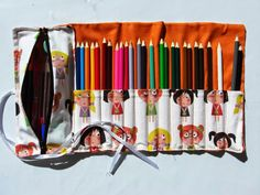 ILATELA: Tutorial: Making a case for going back to school Sewing Art, Sewing Crafts, Sewing Projects, Sewing Patterns, Sewing For Kids, Diy For Kids, Diy Back To School, Pencil Bags, Creation Couture