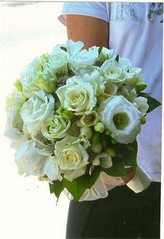 bouquet da sposa con rose vendela, lisiantus e fresie
