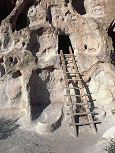 Antiguas ruinas de Anasazi y viviendas de acantilado en Rock, Bandelier National Monument, Nuevo México, EE.UU.