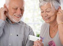 Pares idosos felizes com o jogador mp3 Imagem de Stock