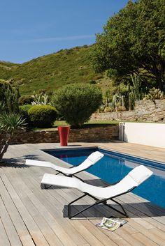 Die formschöne Klappliege Transalounge von Lafuma eignet sich perfekt für ein ausgiebiges Sonnenbad oder für ein kleines Nickerchen im Schatten.