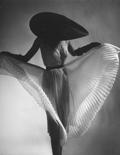 Dorian Leigh, 1950.  Dress by Jane Derby. Photographer: Gjon Mili.