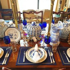 Blue, white and gold never gets old. ▫️#tabletoptuesdays #tablescapes #classiccolors #vintagestyle #diningdecor