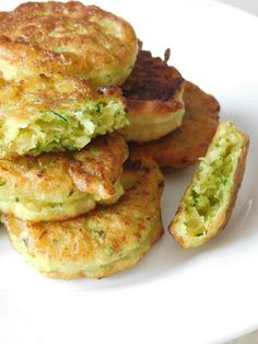 Fritters or zucchini nuggets - cuisine vegétarienne/vegan - Yorgo Angelopoulos Egg Recipes, Fritters, Salmon Burgers, Feta, Tapas, Zucchini, Curry, Veggies, Food And Drink