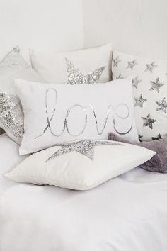 Lentejuelas en los textiles #muymucho #cojín #love #estrella #plata #textil #decoración #hogar #blanco