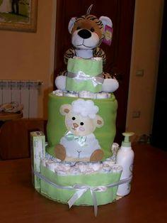 Torta di pannolini con prodotti. Diapers cakes
