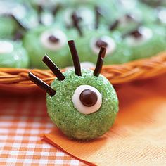 Ogre-Eye Cookies No Halloween party is complete without these cute cookies that, thanks to licorice strips, white chocolate chips and brown M & Ms, look just like monster eyeballs. Halloween Desserts, Postres Halloween, Halloween Treats For Kids, Halloween Eyes, Cheap Halloween, Halloween Goodies, Holidays Halloween, Holiday Treats, Halloween Crafts