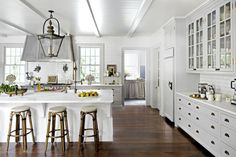 White Kitchen Cabinets with Stainless Appliances New 8 Gorgeous Kitchen Trends that Will Be Huge In 2018 Photos Bakery Kitchen, New Kitchen, Kitchen Walls, Kitchen Ideas, Kitchen Decor, Kitchen Designs, Kitchen White, Kitchen Cabinetry, Rustic Kitchen