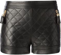 €1,189, Pantalones Cortos de Cuero Acolchados Negros de Moschino. De farfetch.com. Detalles: https://lookastic.com/women/shop_items/94902/redirect
