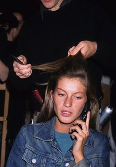 Supermodel Gisele, Kate, and More Backstage Moments From the Greats – Vogue - Gisele Bündchen backstage in hair and makeup before the Calvin Klein Collection fall 2000 show Gisele Bundchen, 90s Models, Role Models, Fashion Models, Female Models, Style Fashion, High Fashion, Tatjana Patitz, Niki Taylor