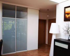 Szklane drzwi są nie tylko bardzo dekoracyjne i nowoczesne, ale także wyjątkowo praktyczne. Zajmują mało miejsca, nie utrudniając komunikacji, co pozwala znacznie łatwiej rozplanować posiadaną przestrzeń, a co za tym idzie praktyczniej ją wykorzystać.