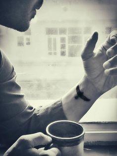 Homme boire café main tatouage poignet homme eagle