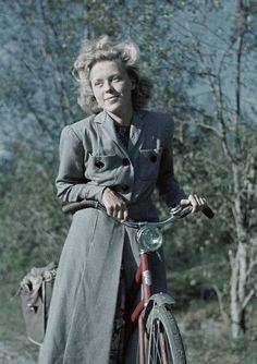 1941. Kvinna i stormönstrad klänning och smårutig kappa. Foto: Gunnar Lundh