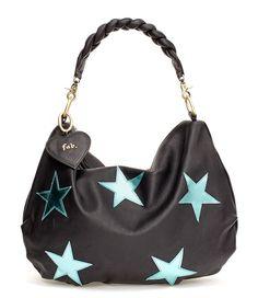 De soepele Fab. Emy Bag is al jaren een bestseller uit de Fab. collectie. De tas heeft een breed gevlochten hengsel voor maximaal draagcomfort. De gehele tas is voorzien van chique opgestikte sterren. (€143,40)