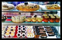 Cafetería Pasteleria & Pequeña Gran Fábrica de ... Los Patios de la Marquesa (calle Manriquez 4). Córdoba