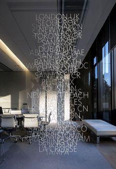 Lüx bir ofis için yapılmış cam üzeri folyo kesim dekoratif reklam uygulaması, oldukça yumuşak ve etkileyici bir dokunuş