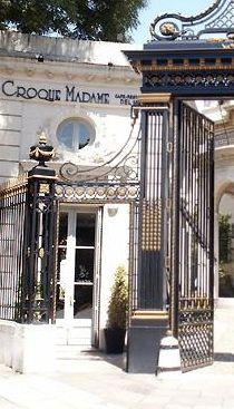 Croque Madame Cafe... Este café jardín es uno de los locales más hermosos para comer de la ciudad.