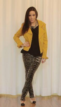 Letage - Ribierão Preto, blusa de seda preta, casaco mostarda e calça de onça