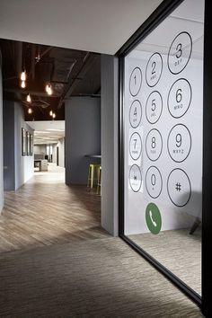 Vinilo de corte imitando teléfono para dar creatividad a uno de los cristales de la oficina. Presupuestos personalizados sin compromiso www.objetivo3-0.com