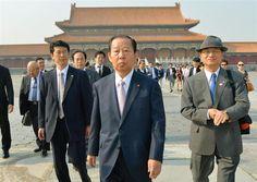 北京市内の故宮博物館を見学する自民党の二階総務会長(中央)=23日(共同)//成果はあるのか? 韓国の宗主国に、わざわざ牽制されに行ったのか? 3千人も観光客を連れて行ったのか? 「尖閣諸島と日本の離島にこれ以上ちょっかいを出すな」 と諌めたのか?
