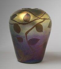"""Jarron  iridiscente. Louis Comfort Tiffany.  Es de """"Favrile Glass"""", un tipo de cristal ideado por Louis Comfort Tiffany, patentado en 1894. Es diferente de los demas cristales iridiscentes porque el color y el brillo esta no solo en la superficie sino tambien en su interior."""