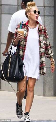 Check me out! Miley Cyrus looks like she's borrowed fiance Liam's clothes. as she steps out in over-sized lumberjack shirt - Kaysi Isner Fashion Moda, Look Fashion, Autumn Fashion, Womens Fashion, Fall Outfits, Casual Outfits, Summer Outfits, Cute Outfits, Summer Shorts