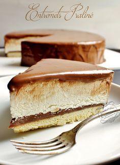 Gâteau praliné - Praline cake. Ingrédients : 50g de sucre 100g de beurre demi-sel mou 1 jaune d'oeuf 125g de farine 1/4 cc de levure chimique 1 pincée de sel Crémeux praliné : 150g de pralinoise (chocolat au praliné) 7cl de crème liquide entière 30g de noisettes Crème à la vanille : 2 feuilles de gélatine (4 g) 2 gousses de vanille 50cl de crème liquide entière 110g de chocolat blanc Glaçage : 150 g de chocolat noir 20cl de crème liquide 30g de miel liquide 30g de beurre