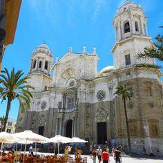 Nose in the air in front of #Cadiz Cathedral #Andalusia #Spain! Lo sapere che io e Cadiz non ci siano piaciuti molto? La mia visita in città è stato un rapido passaggio una di quelle deviazioni nel tentativo di trovare qualcosa che ti convinca a fermarti qualcosa che ahimè non ho trovato. Eppure se riguardo le foto della #Spagna mi accorgo che io a #Cadice ci voglio tornare! Ho come la sensazione di essermi perso qualcosa di non essere riuscito a cogliere la giusta sintonia per vivere la…