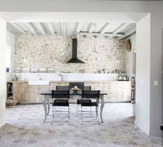 mur en pierre rejoint au sable jaune meuble de cuisine ikea