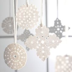 Cut a snowflake in the White paper, put glue on side and then sugar. Country Christmas, Christmas Themes, Winter Christmas, Christmas Crafts, Christmas Decorations, Holiday, Funny Ornaments, Diy And Crafts, Arts And Crafts