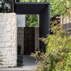Lockhart street Residence / outstanding design, playing with lines and textures. Creating wow-worthy moments as soon as you arrive. Exterior Design, Interior And Exterior, Stone Cladding, Facade House, House Entrance, Residential Architecture, House Front, Modern House Design, Architecture Details