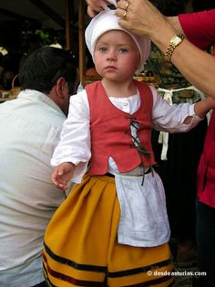 Que guapina ,yes! Folk Costume, Costumes, Caucasian Race, Asturias Spain, Spain Culture, Basque Country, Traditional Outfits, Celtic, Roots
