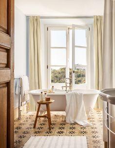 00424485. Baño con baldosas hidráulicas antiguas y bañera como protagonista de la estancia_00424485