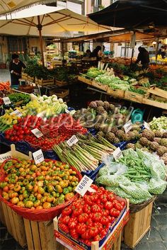 Italian market place in Rome, Campo dei Fiori! Now this is a farmers market Trevi Fountain Rome, Vegetable Stand, Italian Market, Fruits And Vegetables, Farmers Market, Street Food, Italian Recipes, The Best, Food And Drink
