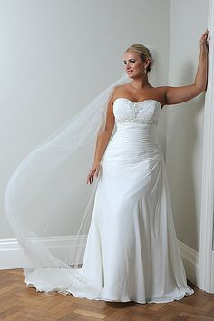 I like the top and the gathering at the sides , also that the bottom is minimal and veil is huge