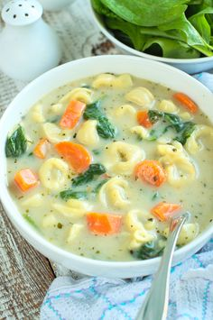 Szybka, prosta i przepyszna zupa z dużą ilością serowego tortellini i świeżym szpinakiem. Veggie Recipes, Soup Recipes, Vegetarian Recipes, Healthy Recipes, Dinner Recipes, Cooking Chef, Cooking Recipes, Helathy Food, Good Food