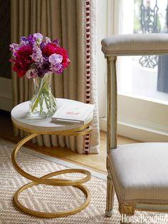 Na sala de estar de uma casa de Londres decorado por Rob Southern, uma mesa espiral base por Mrs. MacDougall de Donghia é elegante e brincalhão.