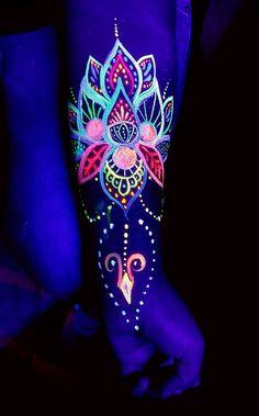 Try these UV neon tattoos to glow in the dark. Uv Tattoo, Neon Tattoo, Dark Tattoo, Body Art Tattoos, Uv Ink Tattoos, Pintura Facial Neon, Tatuagem Uv, Neon Face Paint, Body Paint