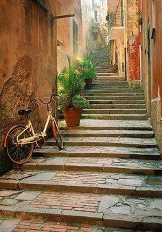 arquivo-de-ideias:  tassels:  Back alley, Monterosso, Italy  (by Jim Nelson)  Monterrosso, Italia