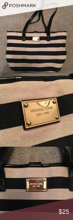 🖤 MK Purse 🖤 Not sure if authentic, my mom got it from a parent at her school and gave it to me. Still in great condition, no tears, rips, etc. Bags Shoulder Bags