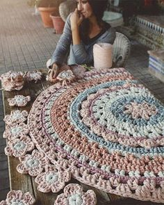 429 likes 10 comments Home Depot Carpet Runners Vinyl Pinned 4 inspiration *I'd do a The crochet rug you saw in the picture. This Pin was discovered by Lin Lidia Crochet Tricot, Crochet Mat, Crochet Carpet, Love Crochet, Crochet Doilies, Tapete Doily, Doily Rug, Crochet Home Decor, Crochet Crafts