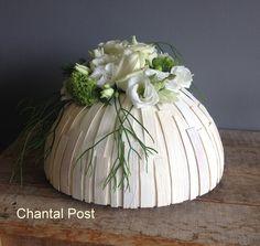 halve bol met pietriet witte bloemen